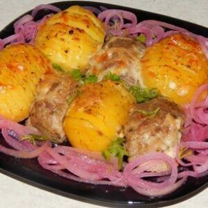 Совет: купите молодой картофель и запеките его с котлетами в духовке