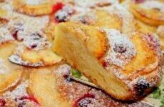 Вкусный и простой яблочный пирог с добавлением печенья и клюквы