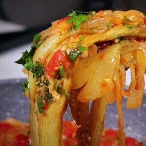 Баклажаны, лук, помидоры с болгарским перцем — потрясающее летнее овощное блюдо